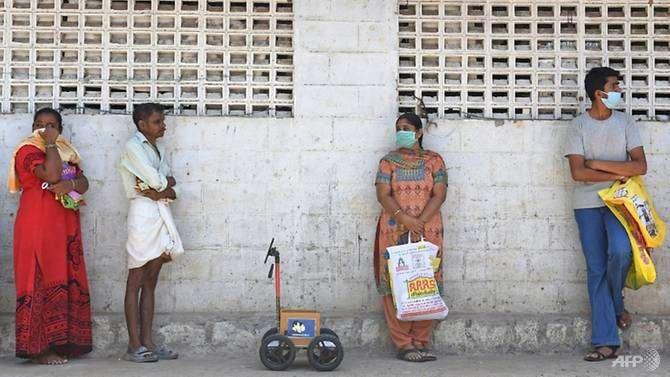 صورة مهندس هندي يطور روبوت من الورق المقوى لمساعدته على التسوق