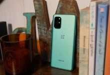 صورة تفكيك هاتف ون بلس OnePlus 8T يستعرض تفاصيل البطاريتين والقطع الداخلية الأخرى