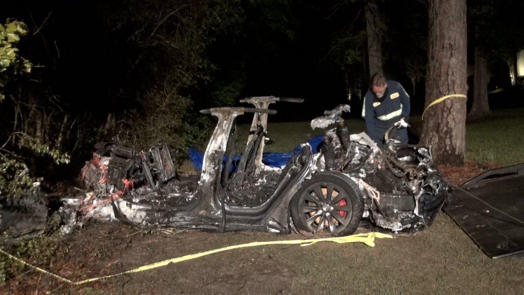 سيارة تسلا ذاتية القيادة تتسبب في حادث مروع