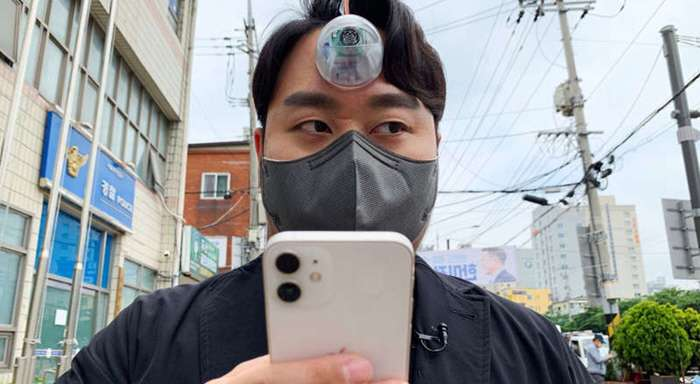 مصمم كوري يخترع عينًا ثالثة لتصفح الهاتف أثناء السير بدون حوادث - شاهد بالفيديو